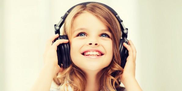 Une petite fille écoutant de la musique