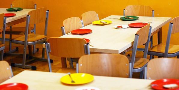 Les menus des écoles contiendraient trop de viande