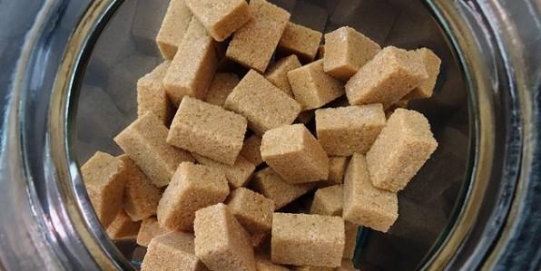 Certains sucres raffinés peuvent être colorés.