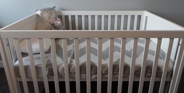 Il est désormais conseillé de mettre le lit de bébé dans la chambre des parents.