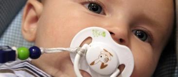 pouce tétine bébé succion risques palais mâchoire dent